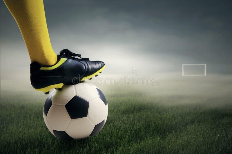Gracz piłki nożnej przygotowywający kopać piłkę fotografia royalty free
