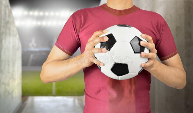 Gracz piłki nożnej trzyma piłkę obraz royalty free