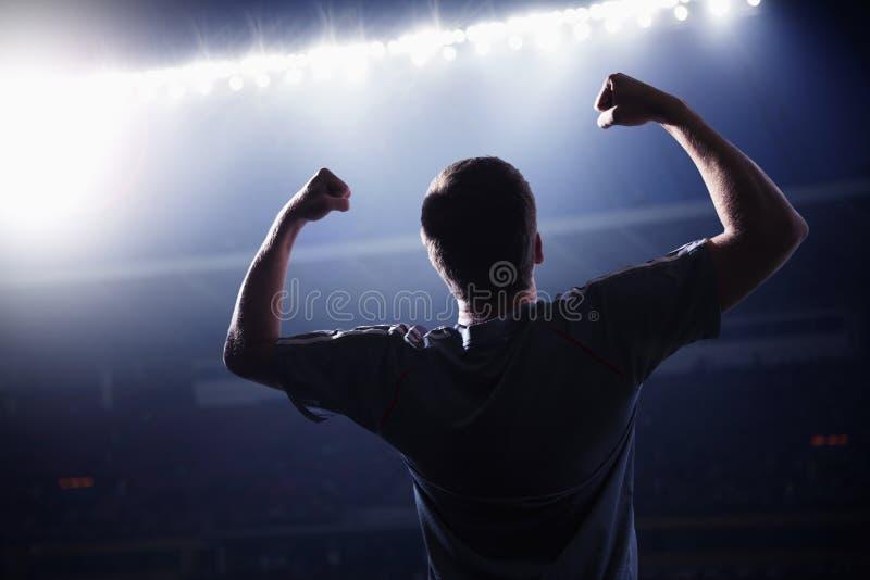 Gracz piłki nożnej z rękami podnosił doping, stadium przy nighttime obrazy royalty free