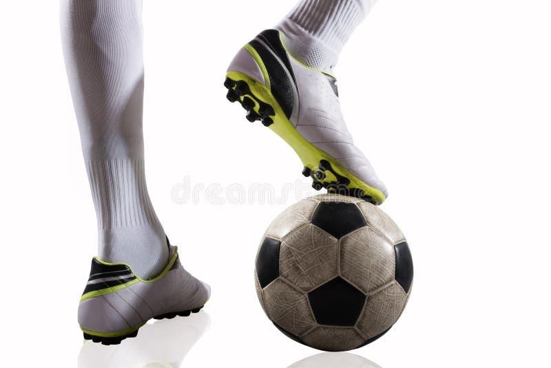 Gracz piłki nożnej z soccerball przygotowywającym bawić się pojedynczy białe tło zdjęcie stock