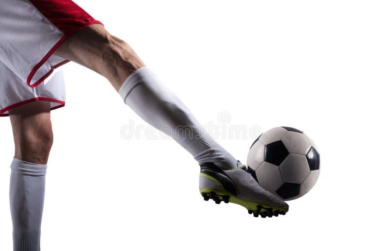 Gracz piłki nożnej z soccerball przygotowywającym bawić się pojedynczy białe tło zdjęcia stock