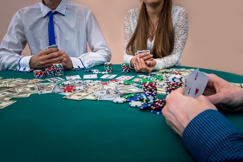 Gracz ręki z karcianą kombinacją, kasyno fotografia stock
