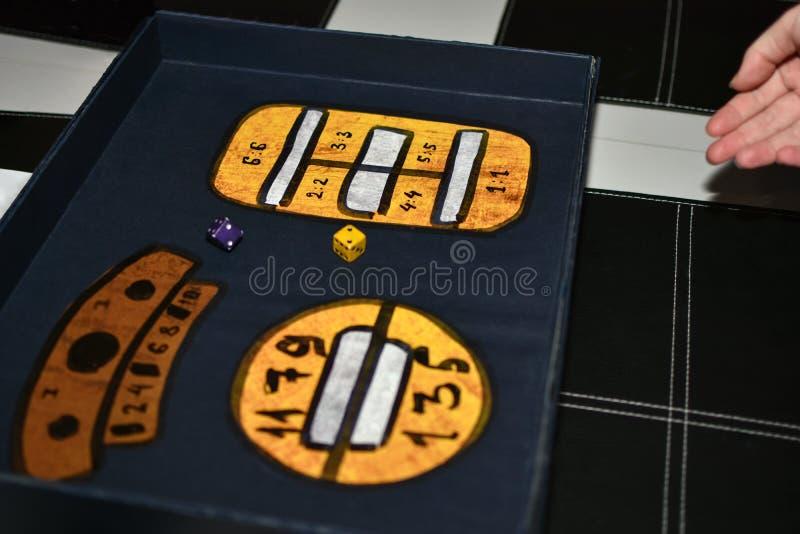 Gracz stacza się kostki do gry w poszukiwanie grą obrazy royalty free