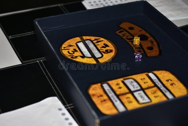 Gracz stacza się kostki do gry w poszukiwanie grą fotografia royalty free
