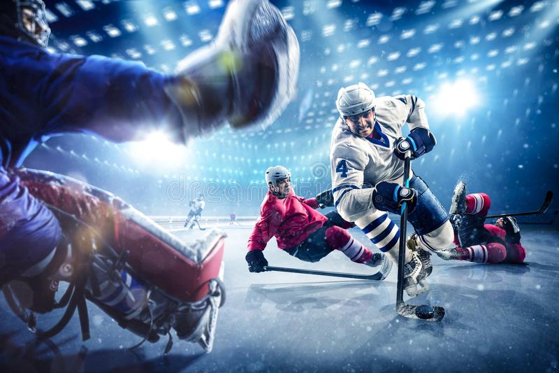Gracz w hokeja strzelają krążek hokojowego i atakują zdjęcia royalty free