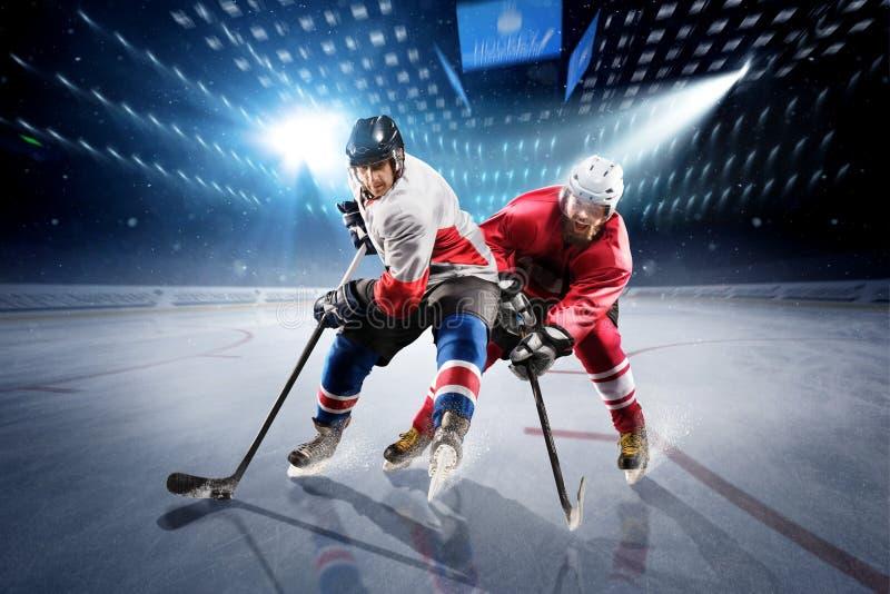 Gracz w hokeja strzelają krążek hokojowego i atakują obrazy royalty free