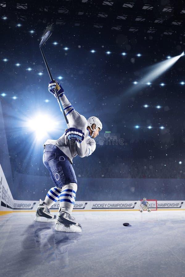 Gracz w hokeja strzelają krążek hokojowego i atakują obraz stock
