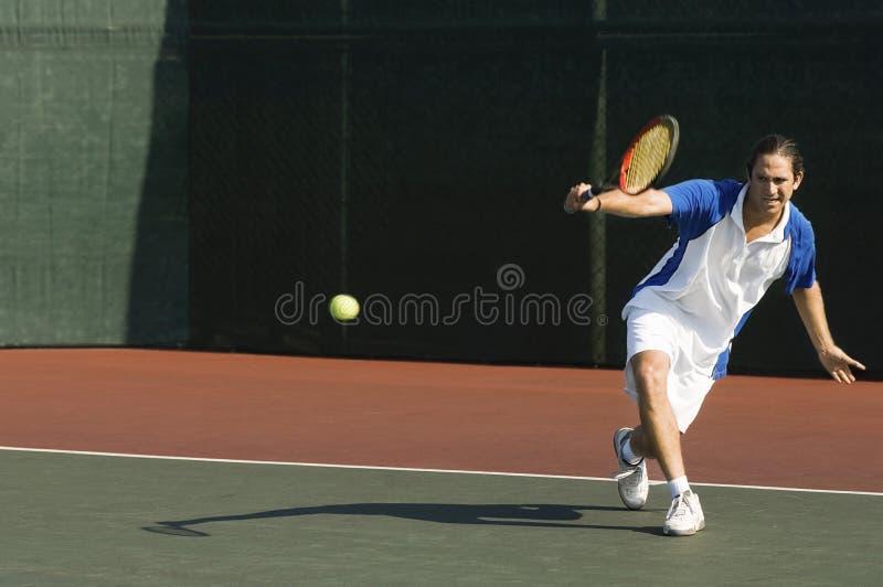 Gracz W Tenisa ciupnięcia backhand Na sądzie zdjęcia stock