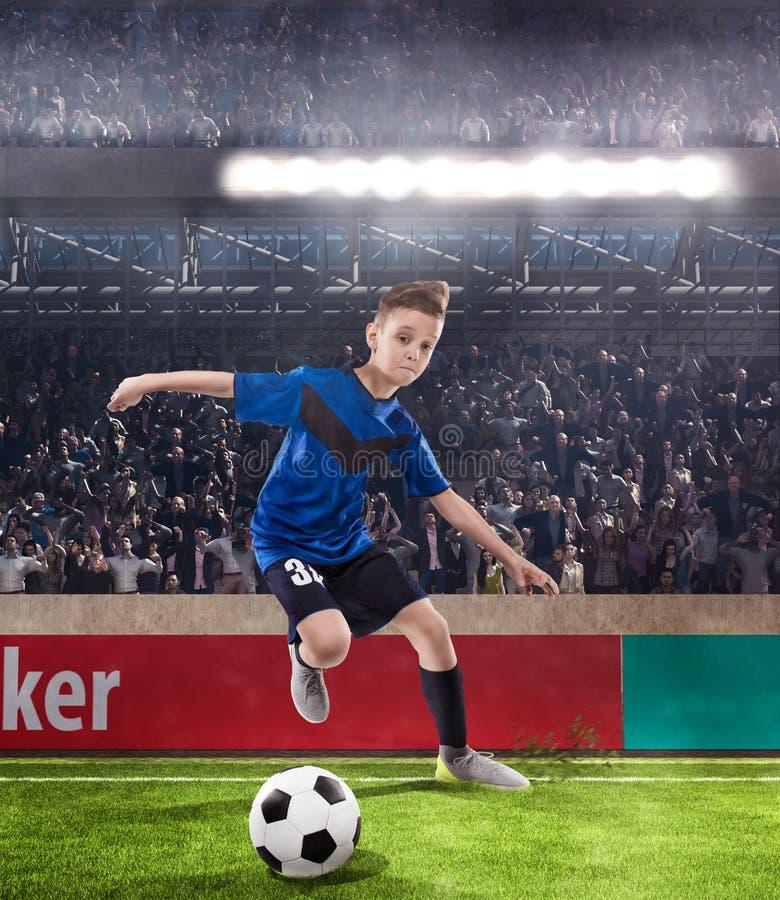 Gracza futbolu dzieciak drybluje na stadium piłkarski obraz royalty free