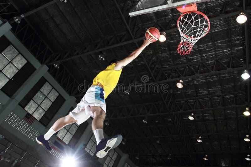 Gracza koszykówki layup dla wynika zdjęcie stock