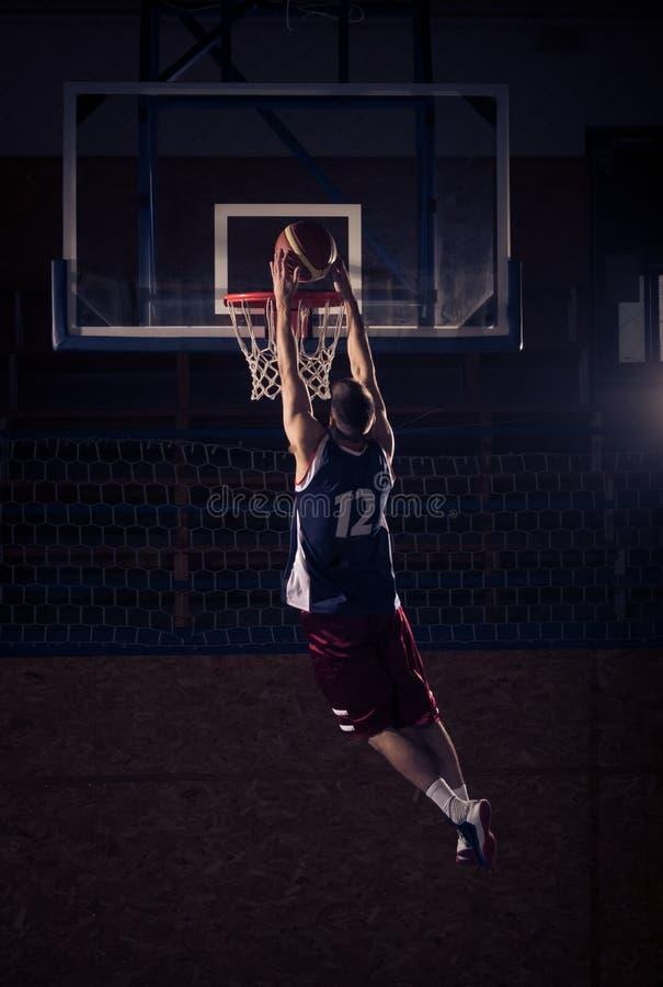 Gracza koszykówki trzaska wsad w powietrzu, obrazy royalty free