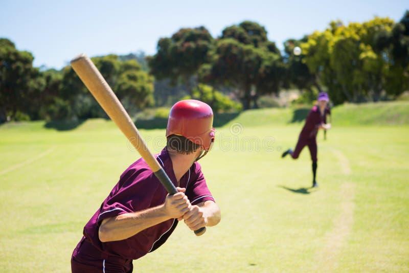 Gracze baseballa bawić się wpólnie na polu zdjęcia stock