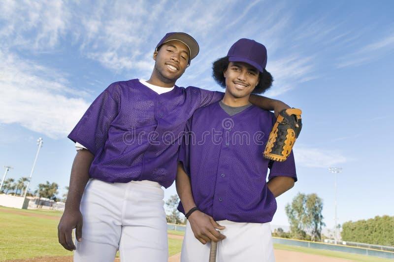 Gracze Baseballa Stoi Przeciw niebu zdjęcia royalty free