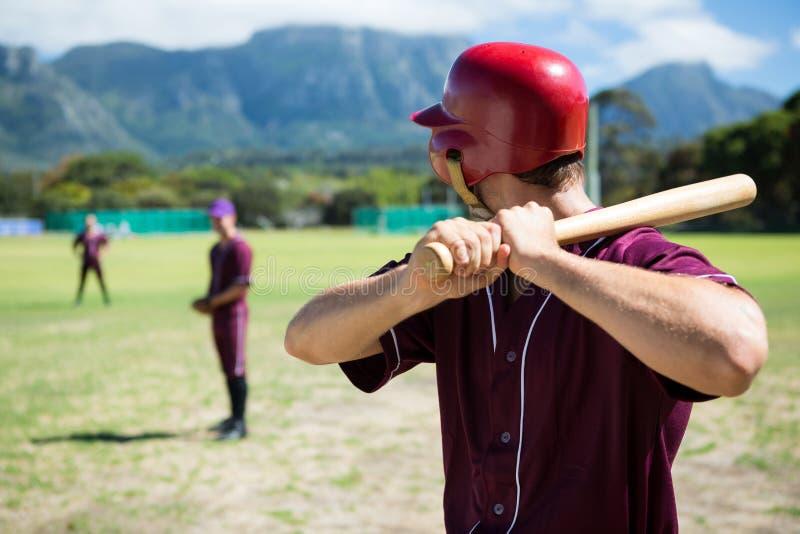 Gracze Bawić się baseballa Na polu obrazy stock