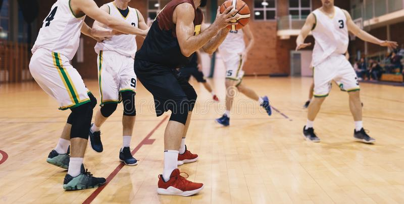 Gracze koszykówki w akci Szkoły Średniej drużyna koszykarska Bawić się grę obraz royalty free