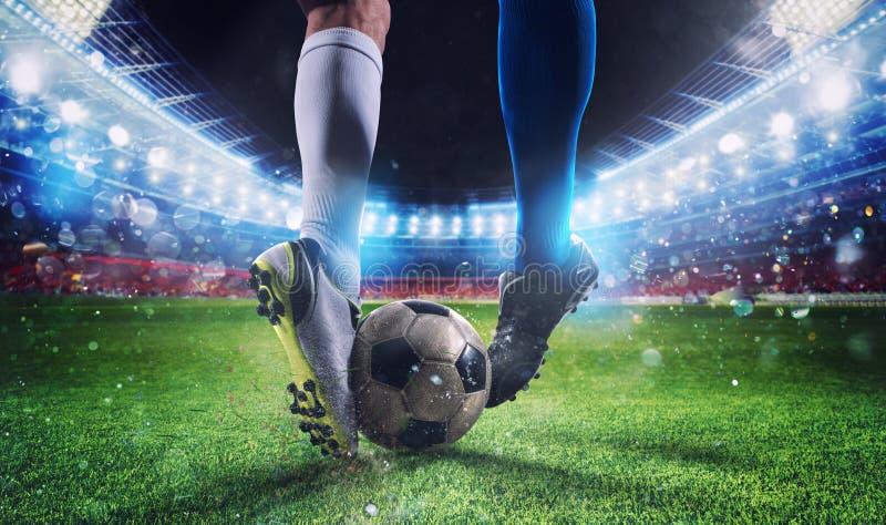 Gracze piłki nożnej z soccerball przy stadium podczas dopasowania fotografia stock