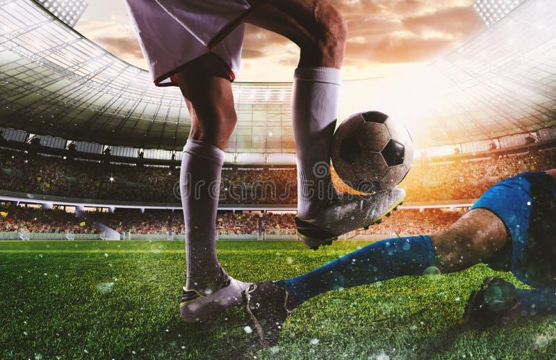 Gracze piłki nożnej z soccerball przy stadium podczas dopasowania obrazy royalty free