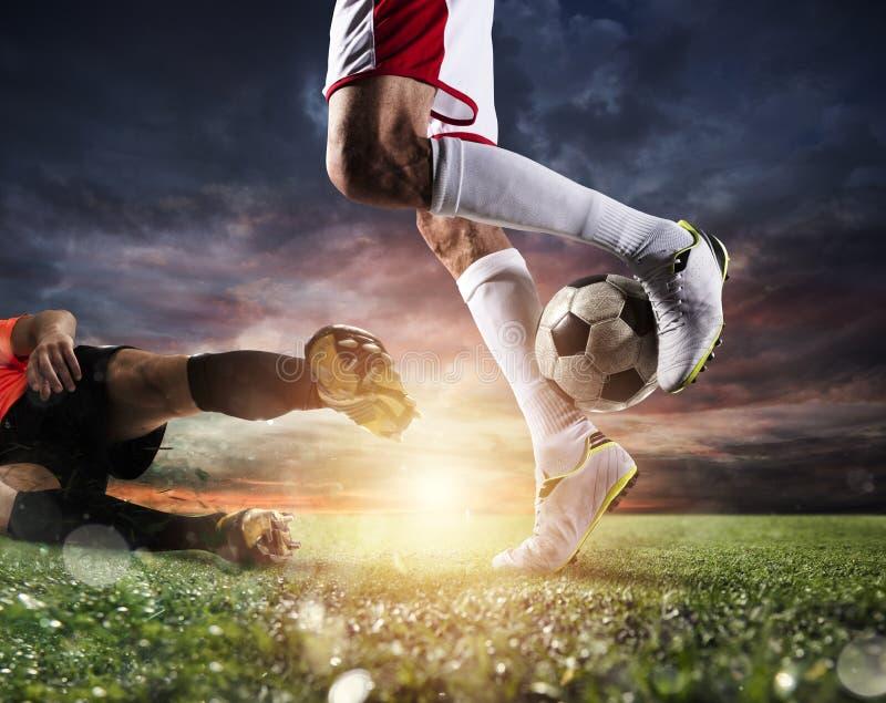 Gracze piłki nożnej z soccerball przy stadium podczas dopasowania zdjęcia royalty free