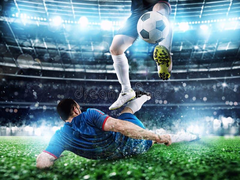 Gracze pi?ki no?nej z soccerball przy stadium podczas dopasowania obrazy royalty free