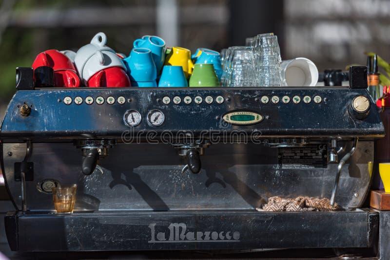 Grad-Kaffeemaschine La Marzocco industrielle mit hellem buntem lizenzfreie stockfotos