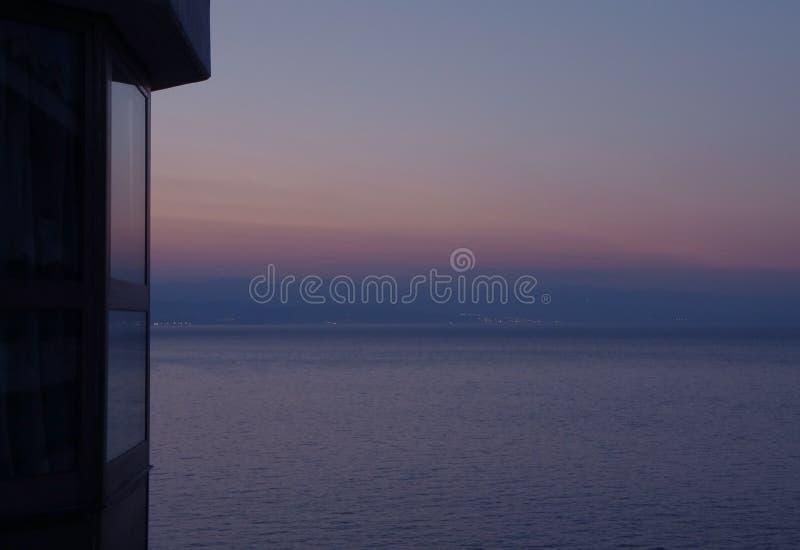 Gradação de cor pastel do céu da noite sobre o mar de adriático, vista do terraço imagens de stock
