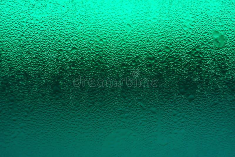 Gradação de cor verde do vidro da bebida com condensação para o fundo da textura fotografia de stock royalty free