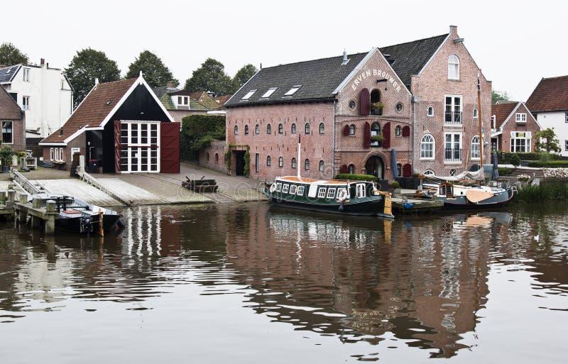 Grada y almacenes en Dokkum, los Países Bajos imagen de archivo