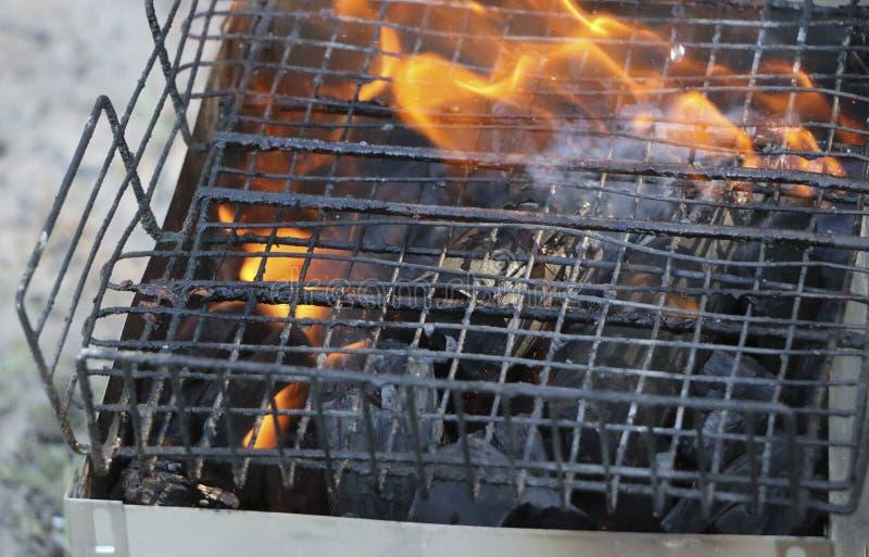 Grade ardente no soldador com carvões quentes é uma grade queimaduras pretas e arder sem chama do carvão vegetal fotografia de stock