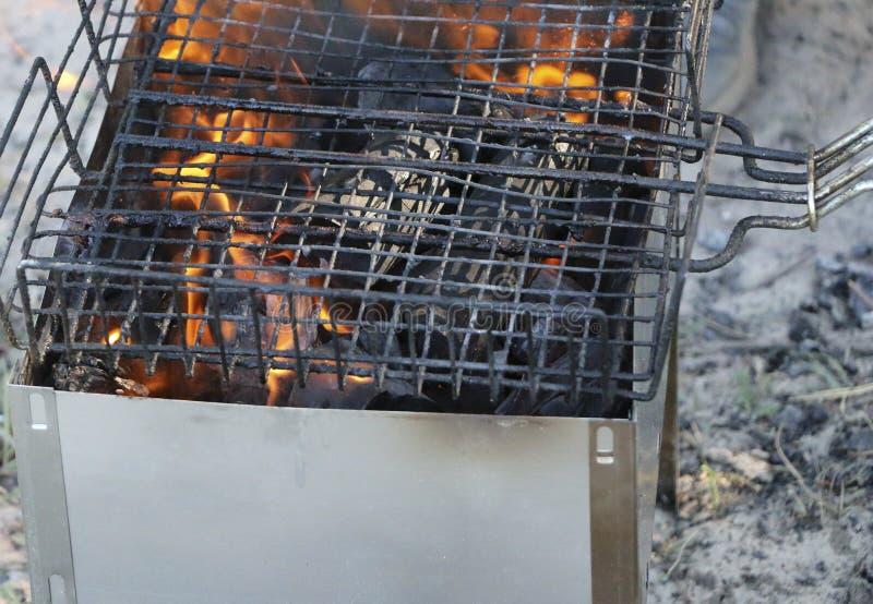 Grade ardente no soldador com carvões quentes é uma grade queimaduras pretas e arder sem chama do carvão vegetal foto de stock royalty free