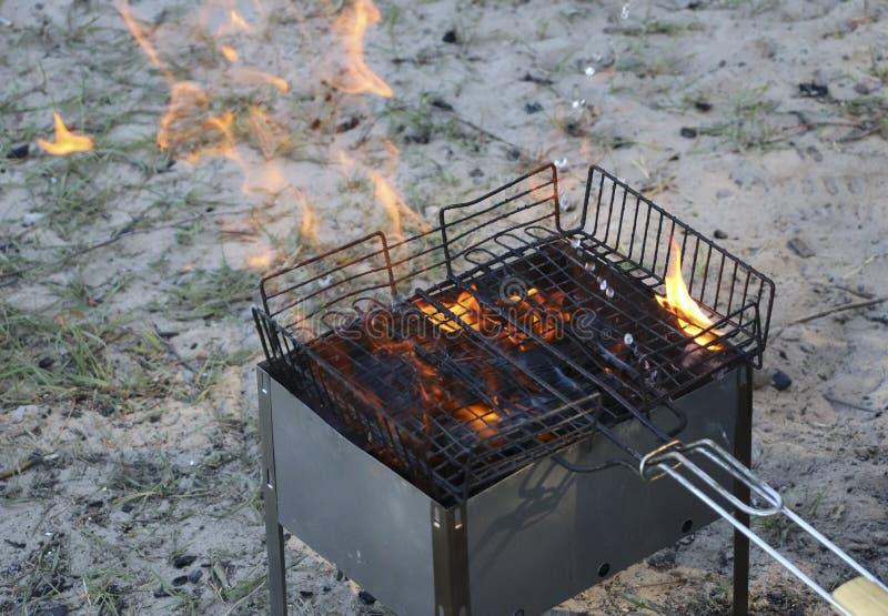 Grade ardente no soldador com carvões quentes é uma grade queimaduras pretas e arder sem chama do carvão vegetal foto de stock