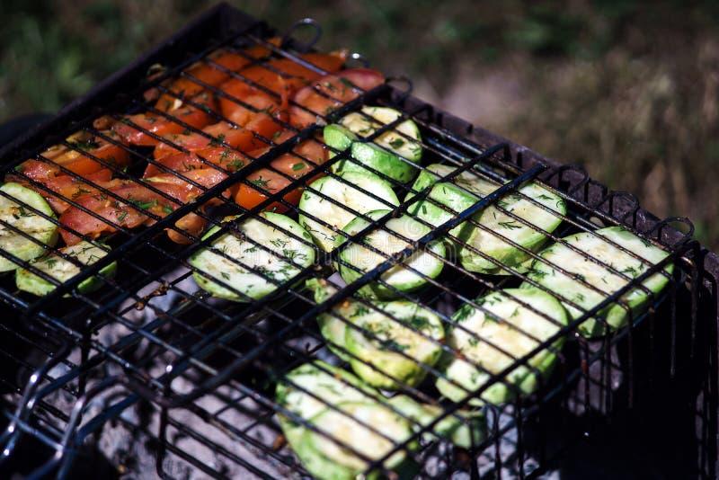 Grade com vegetais roasted: abobrinha e tomates Jantar do verão imagens de stock