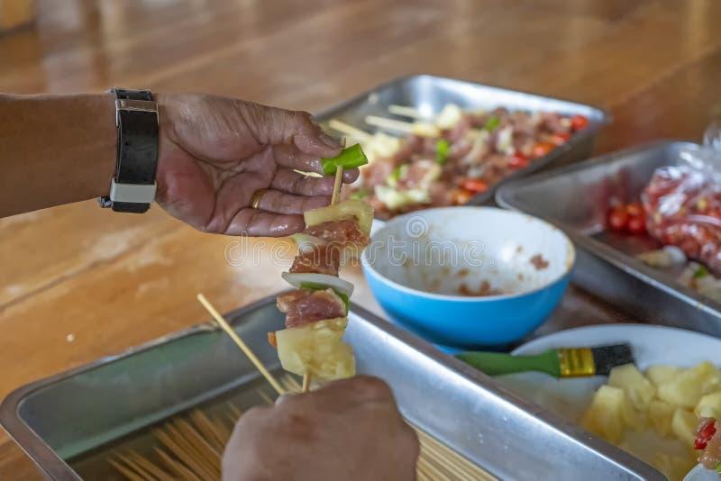 Grade da tabela do alimento da carne dos espetos do BBQ do assado fotos de stock royalty free