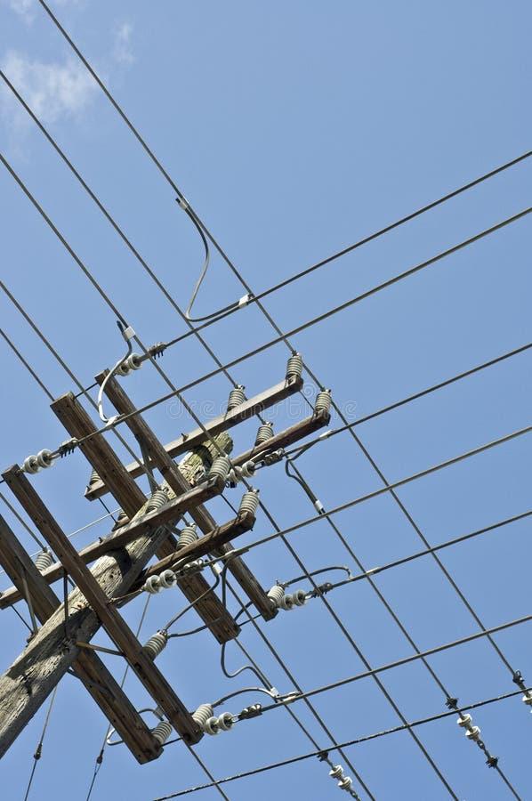 Grade das linhas eléctricas no pólo fotografia de stock