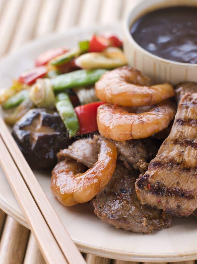 Grade do assado da carne e dos peixes de Teppanyaki- imagem de stock