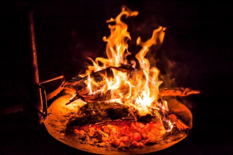 Grade do BBQ com fogo imagens de stock royalty free