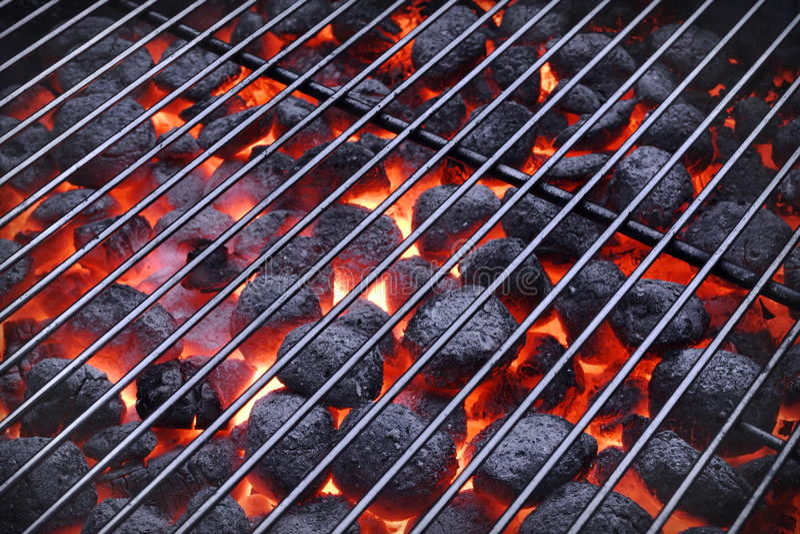 Grade do BBQ e carvões amassados quentes de incandescência do carvão vegetal no fundo imagem de stock royalty free
