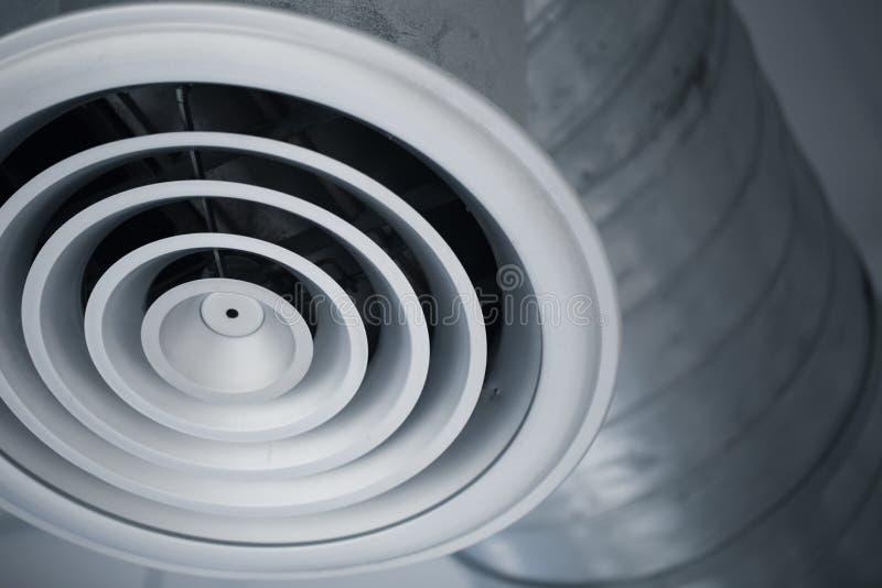 Grade do furo de ar do close up do canal de ar interior de condicionadores de ar refrigerando imagem de stock