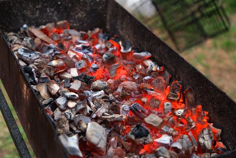 Grade e carvão vegetal ardente Piquenique ao ar livre fotos de stock royalty free