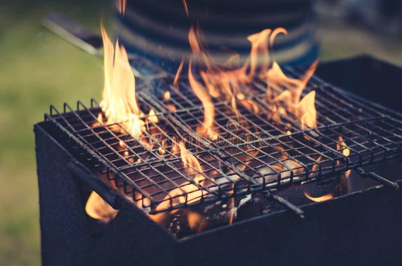 Grade grelhada do assado/grade para grelhar no carvão vegetal no exterior, tonificada imagens de stock