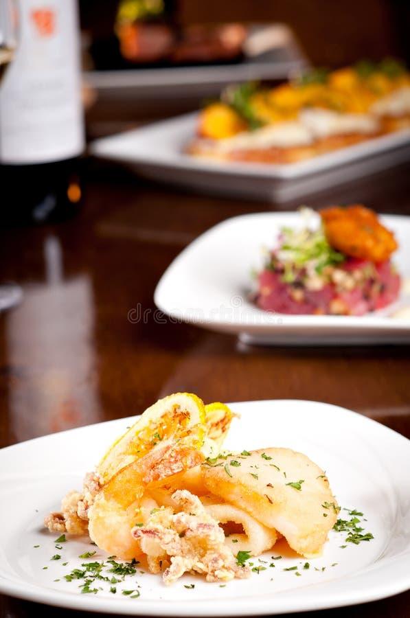 Grade misturada do marisco do polvo, do camarão e de peixes frescos fotografia de stock royalty free