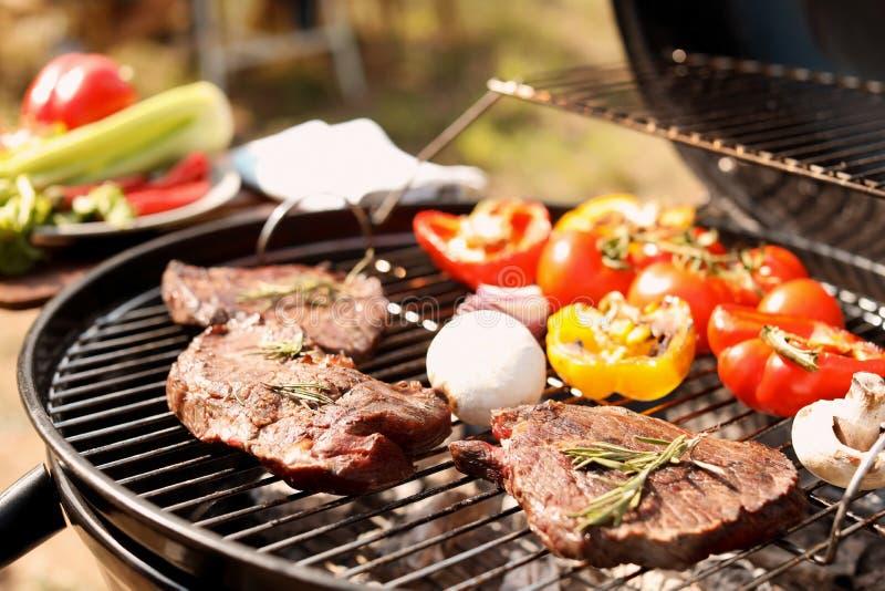 Grade moderna com carne e vegetais fora, close up imagem de stock
