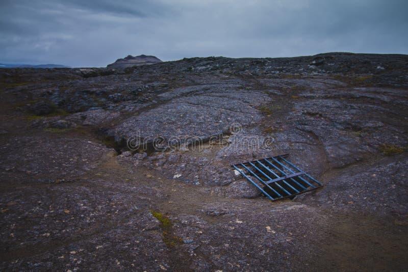 Grade no campo de lava sobre cavernas Islândia da lava de Surtshellir imagens de stock royalty free