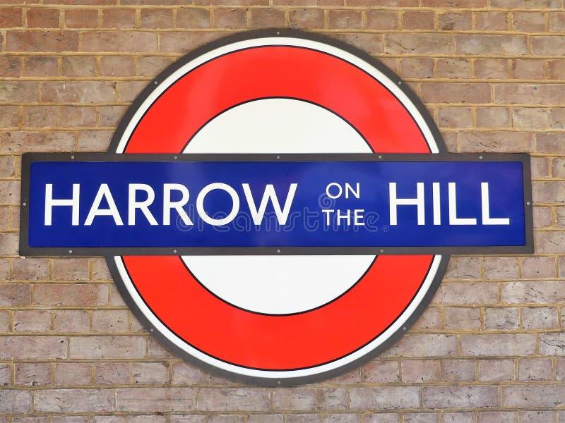 Grade no sinal metropolitano subterrâneo do roundel da estrada de ferro de Londres da estação do monte imagens de stock royalty free