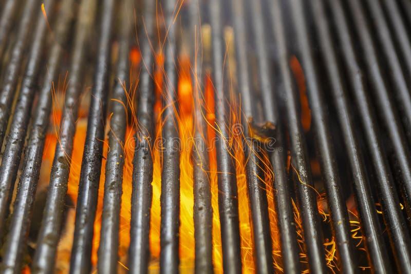 Grade quente do assado do carvão vegetal com chama brilhante fotos de stock