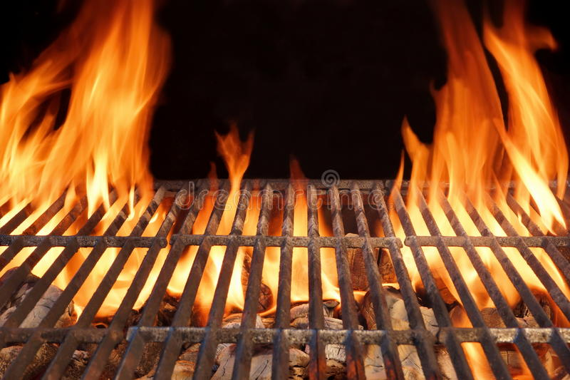 Grade quente vazia do carvão vegetal do assado do fogo da chama com carvões de incandescência fotos de stock
