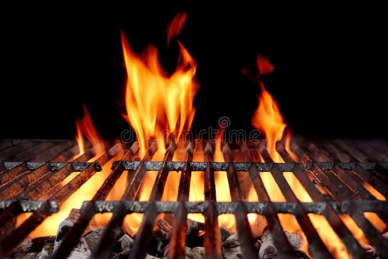 Grade vazia quente do BBQ do carvão vegetal com chamas brilhantes imagens de stock