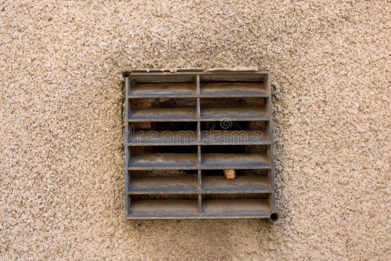 Grade velha da ventilação do metal na parede tradicional da casa de ingleses fora fotos de stock