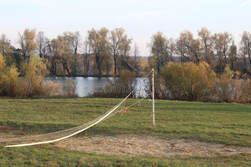 A grade velha para um jogo do voleibol no lago imagem de stock royalty free