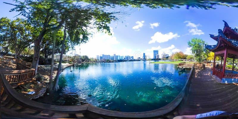 360 grader panorama av sjön Eola parkerar i Orlando arkivfoto