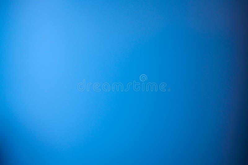 Gradient bleu de tache floue d'abrégé sur fond avec le wh propre lumineux de marine photographie stock